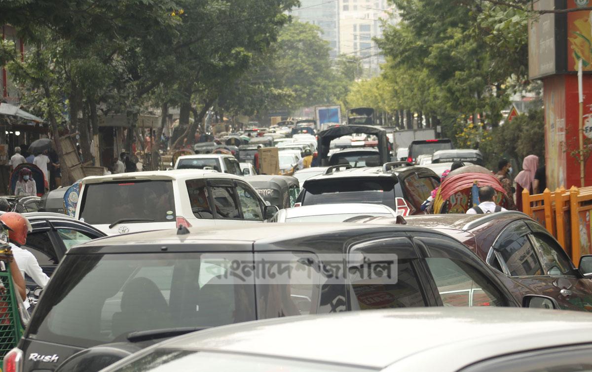 চলমান লকডাউনে সাথে সাথে রাজধানীতে যানজট সমস্যা প্রতিদিন তীব্র হচ্ছে। ছবিটি শনিবার কাওরান বাজার থেকে তোলা। ছবি: জার্নাল