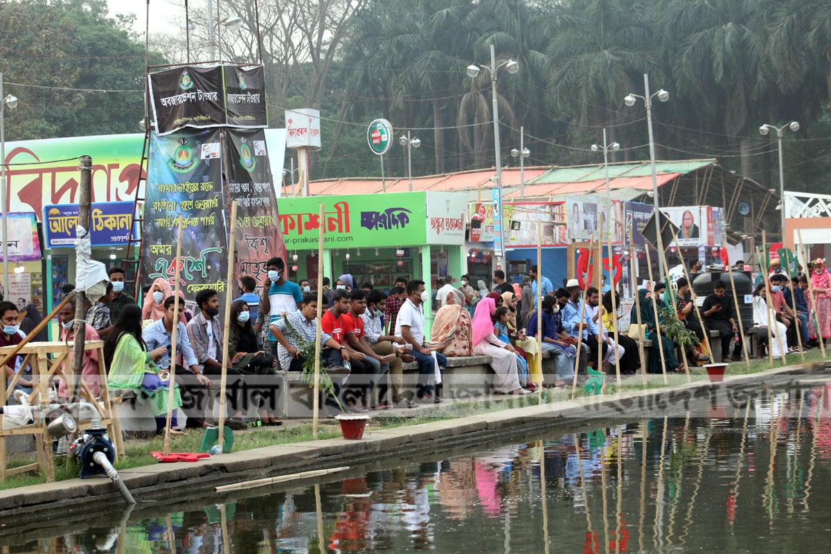 রোববার অমর একুশে গ্রন্থমেলায় ক্রেতা-দর্শনার্থীদের ভিড়। ছবিটি সোহরাওয়ার্দী উদ্যান থেকে তোলা।  ছবি: ইলিয়াস সাজু