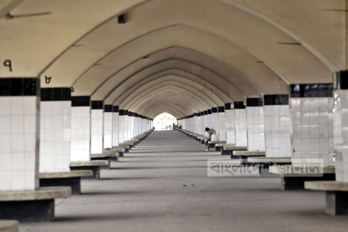 লকডাউনের দ্বিতীয় দিন মঙ্গলবার ফাঁকা রাজধানীর কমলাপুর রেলস্টেশন। ছবি: ইলিয়াস সাজু