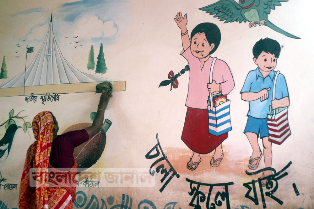 চলছে মোহাম্মদপুরের বছিলা নতুন মডেল সরকারি প্রাথমিক বিদ্যালয় পরিস্কার পরিছন্নতার কাজ। ছবি: জার্নাল