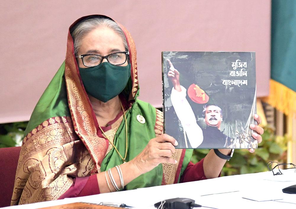 প্রধানমন্ত্রী শেখ হাসিনা মঙ্গলবার গণভবনে স্পেশাল সিকিউরিটি ফোর্সের (এসএসএফ) ৩৫তম প্রতিষ্ঠাবার্ষিকী উপলক্ষ্যে স্মারক প্রকাশনা 'মুজিব-বাঙালি-বাংলাদেশ'র মোড়ক উন্মোচন করেন। ছবি: পিএমও