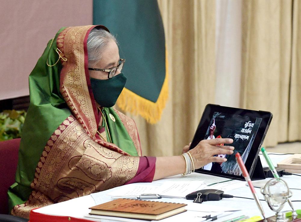 প্রধানমন্ত্রী শেখ হাসিনা মঙ্গলবার গণভবনে স্পেশাল সিকিউরিটি ফোর্সের (এসএসএফ) ৩৫তম প্রতিষ্ঠাবার্ষিকী উপলক্ষ্যে স্মারক প্রকাশনা 'মুজিব-বাঙালি-বাংলাদেশ'র ই-বুক উদ্বোধন করেন। ছবি: পিএমও