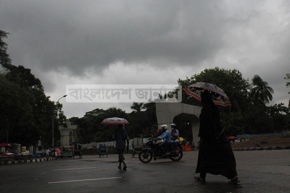 আষাঢ়ের বৃষ্টির আগে ঢাকার আকাশে কালো মেঘের ঘনঘটা। ছবিটি রোববার ঢাকা বিশ্ববিদ্যালয়ের টিএসসি থেকে তোলা। ছবি: ইলিয়াস সাজু
