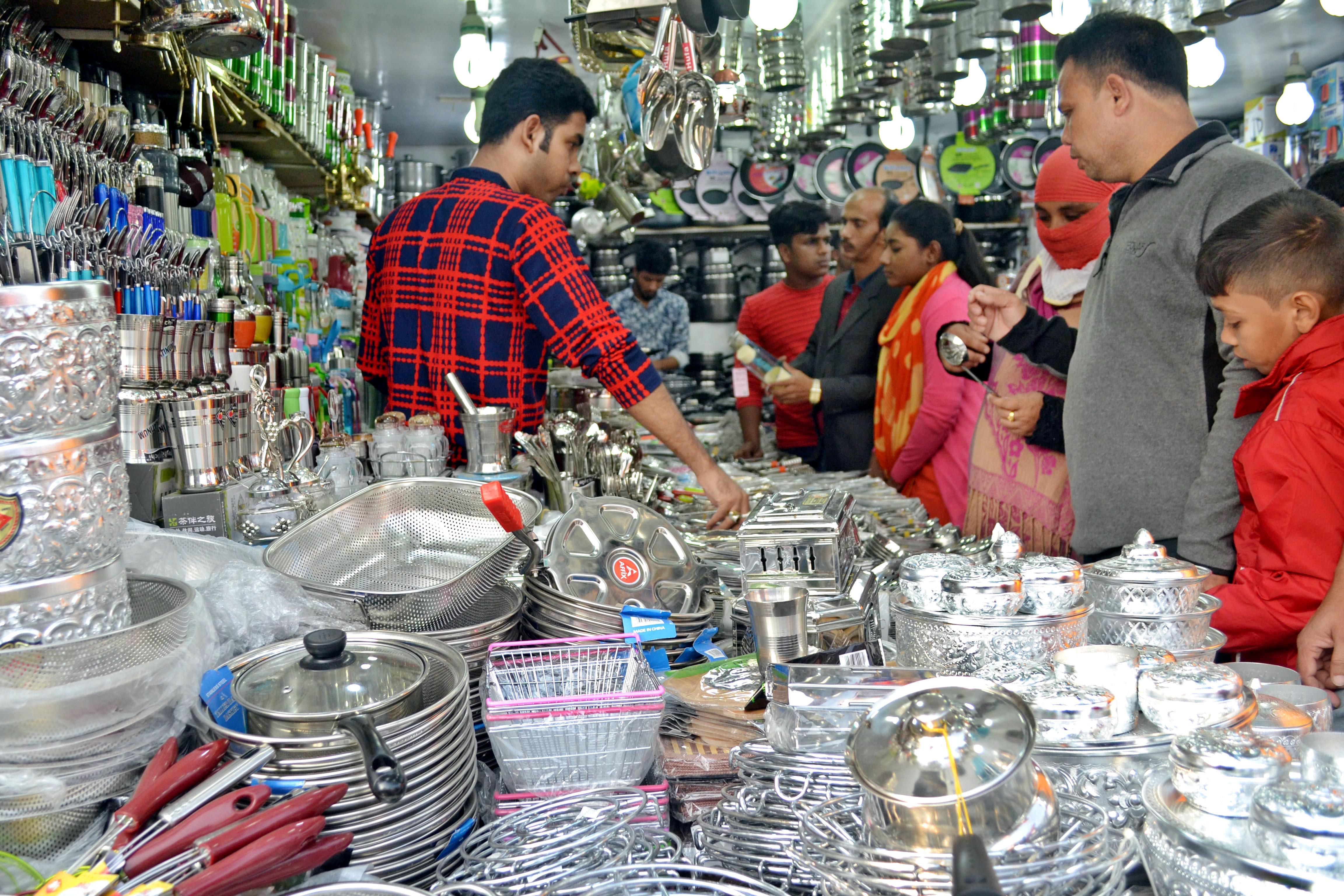 ঢাকার শেরেবাংলা নগরে শুরু হওয়া মাসব্যাপী ঢাকা আন্তর্জাতিক বাণিজ্য মেলায় সোমবার বিভিন্ন স্টল ঘুরে দেখছেন দর্শনার্থীরা