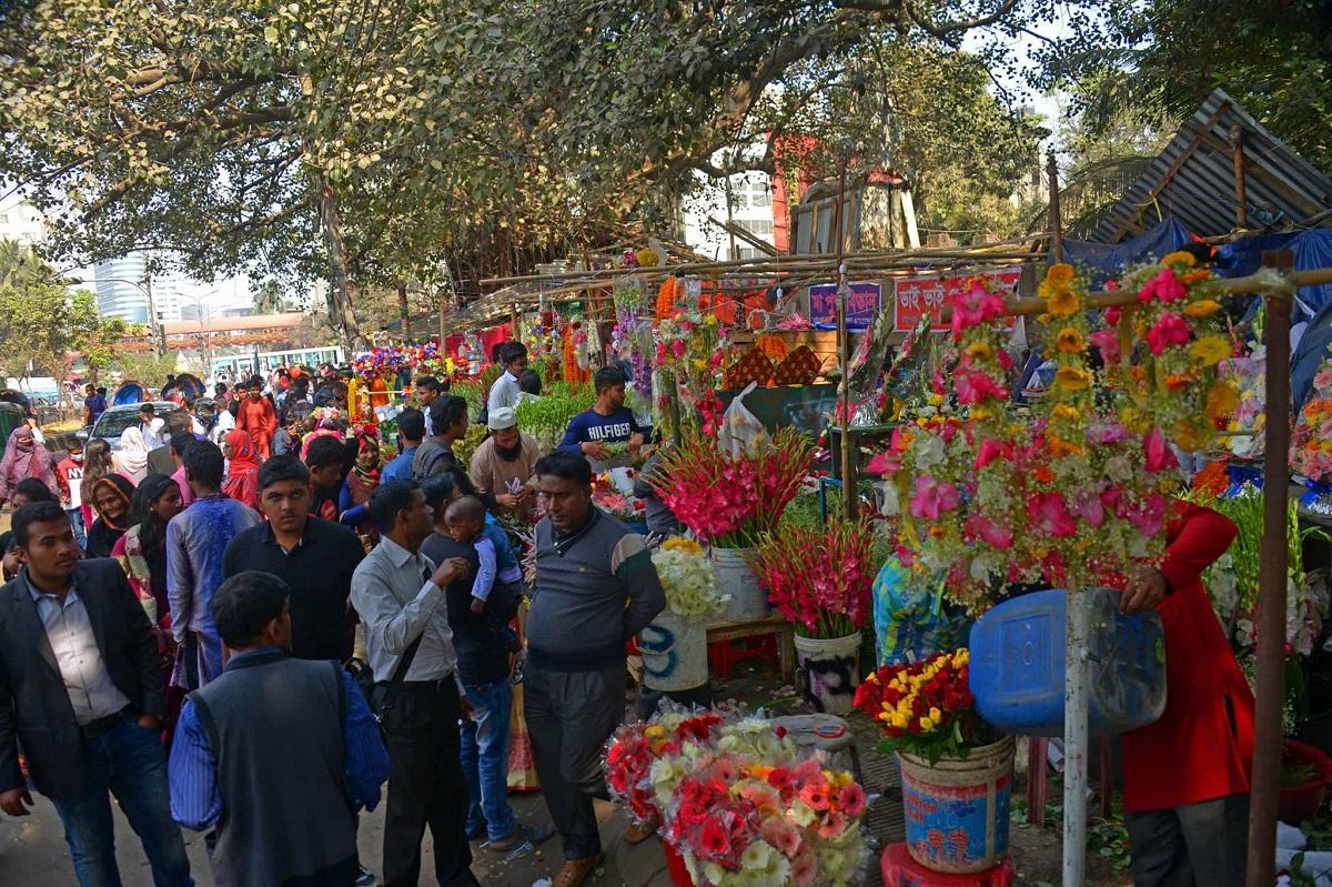 ভালোবাসার দিনে শাহবাগে ফুল বিক্রি জমজমাট।