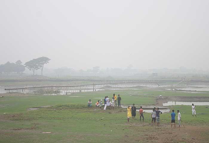 শীত চলে এসেছে। কুয়াশায় আচ্ছন্ন নগরী।ছবি রাজধানীর সেগুনবাগিচা থেকে তোলা।
