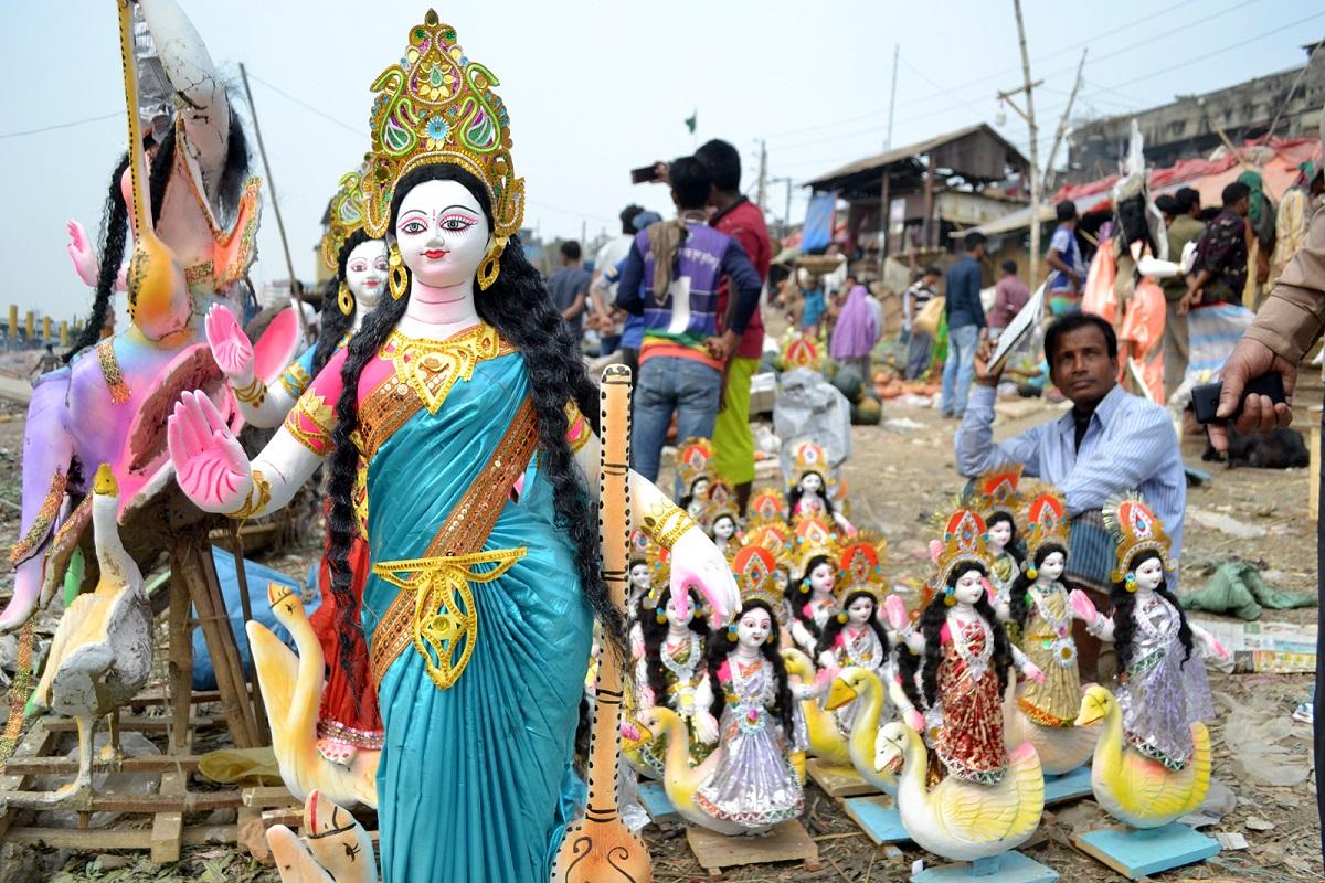 রোববার বিদ্যার দেবী সরস্বতী পূজা। তাই শেষ মুহূর্তের প্রস্তুতিতে ব্যস্ত সনাতন ধর্মাবলম্বীরা। রাজধানীর শ্যামপুরে বসেছে প্রতিমার হাট। ছবিটি শনিবার তোলা।